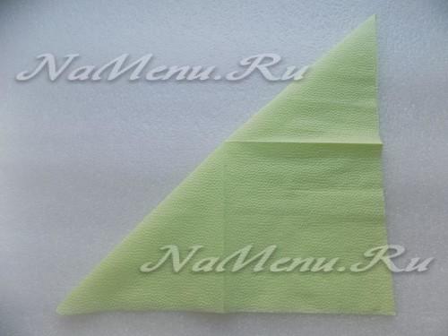 Затем сложим зеленую салфетку по диагонали