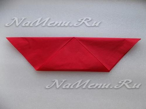 Нижний уголок получившегося треугольника загнем вверх, совмещая его с серединой верхней стороны
