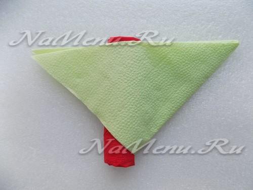 Прикрываем красный рулон частью зеленой салфетки