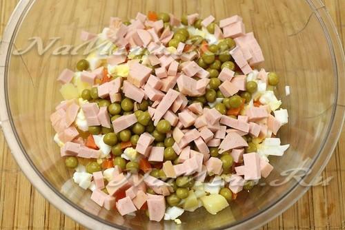 соединить овощи, яйца, горошек и ветчину