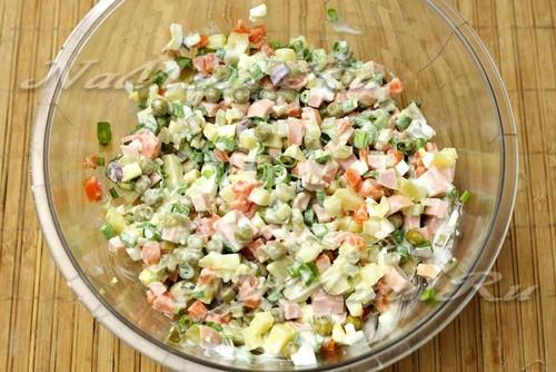 заправить салат майонезом и перемешать