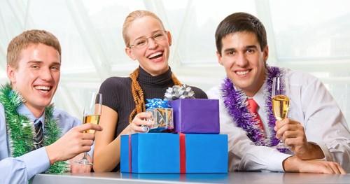 Корпоративные подарки на Новый год 2022: идеи подарков клиентам и партнерам от компании