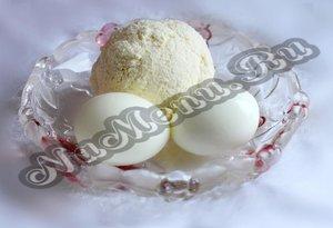 Отжатый творог, отваренные вкрутую яйца