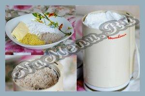 Готовим сахарную пудру, измельчаем орехи в кофемолке,натираем на терке желтки.