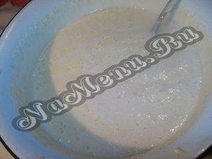 Перемешиваем опару со сливочным маслом