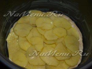 выкладываем на тесто половину картошки
