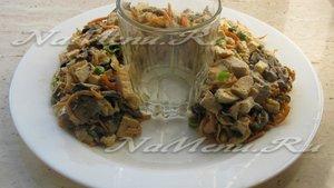Выкладываем салат в форме подковы