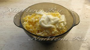 Соединяем сыр, яйца, майонез и чеснок