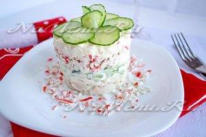 Салат с крабовыми палочками, кальмарами и яйцом