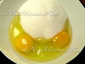 Берем яйца и сахар