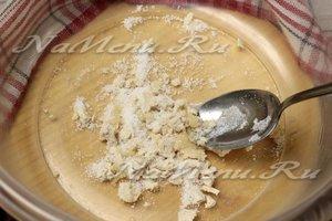 Растереть дрожжи с сахаром