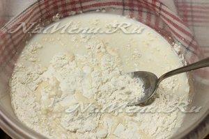 Залить дрожжи молоком
