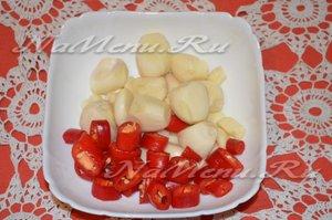 подготовить перец чили и чеснок