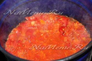 Даем помидором покипеть 10 минут.