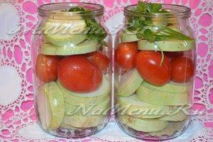 выложить помидоры и кабачки