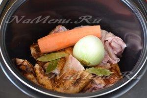 в чашу сложить мясо, кости и овощи