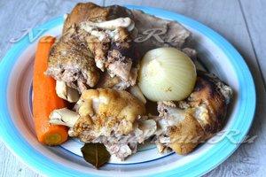 вынимаем мясо, свиные ножки и овощи