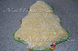 выложите сырный слой