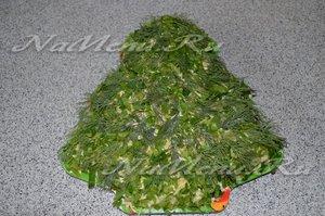 выложить поверхность салата зеленью