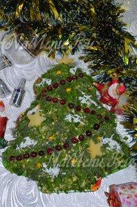 Ветви ёлочки можно посыпать «снегом» из яичного белка