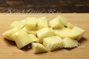 картофель нарежем небольшими кубиками