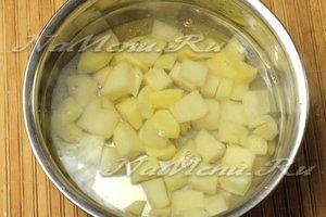 в бульон опускаем картофель