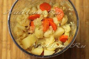 овощи перекладываем в блендер и измельчаем в однородное пюре