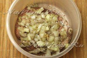 Покрыть мясо луком