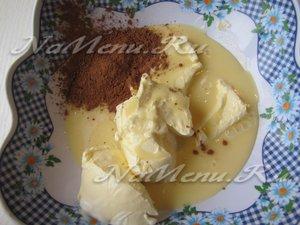 соединим масло со сгущенкой и какао