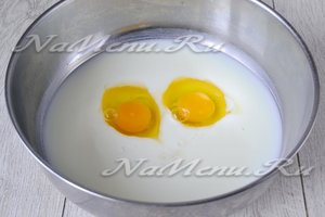 в молоко добавить яйца, соль и соду