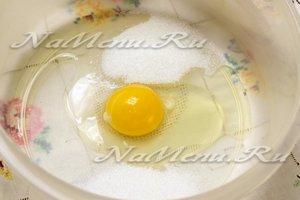соединить соль, сахар и яйцо