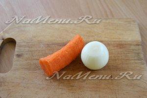 Чистим лук и морковь