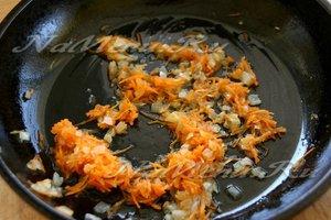 Добавить морковь к луку