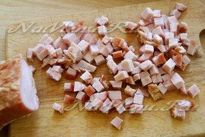 Нарезать копченое мясо