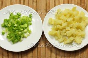 нарезать зеленый лук и картошку