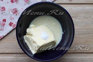 Соединить молоко и масло