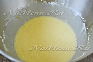 Куриные яйца взбиваем с сахарным песком.