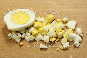 Яйца отвариваем вкрутую, режем мелко