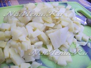 Картофель отварите в мундирах в солоноватой воде