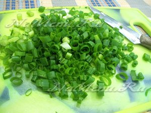 Зеленый лук и укроп помойте и мелко накрошите