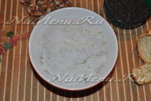 отварной рис выложить в миску
