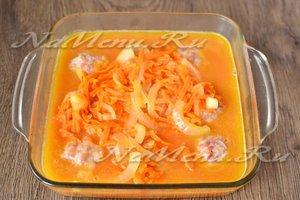 выкладываем тефтели и заливаем их сверху красным соусом