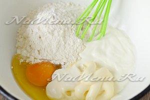 соединить яйца, муку, сметану, майонез