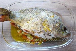 Выложить рыбу и овощи в противень