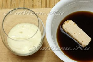 Палочки печенья обмакиваем в кофе гладкой стороной