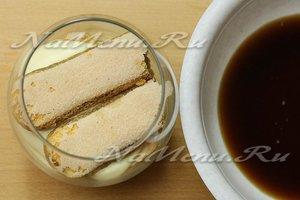 Выкладываем на творожный крем печенье