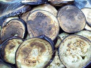 Жареные баклажаны сложены сложены в миску