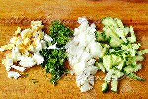 яйца отварить и нарезать, нарезать лук и огурцы