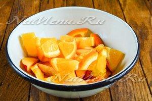 Перекладываем фрукты в посуду