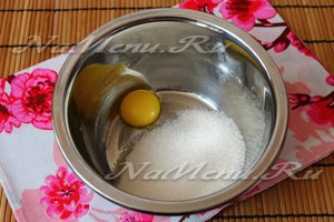 соединить куриный желток и сахар